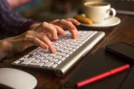 teclado: El pulsar femenino empleado de oficina en el teclado del ordenador. Foto de archivo