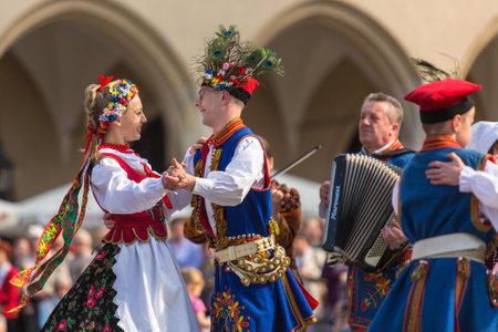 Cracóvia, Polônia - 03 de maio de 2015: colectivo folclórica polonesa na praça principal durante o feriado anual polonês nacional e pública do Dia da Constituição - 03 de maio de 1791 foi adoptada primeira Constituição da Europa moderna. Editorial