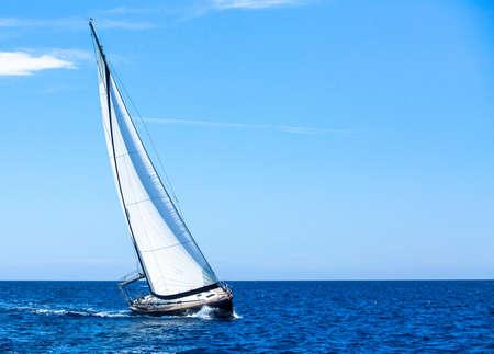 Yachts de luxe. Naviguer dans le vent à travers les vagues de la mer Égée. Banque d'images