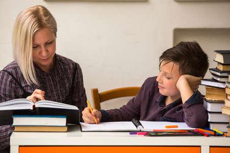 tutor: Joven estudiante haciendo la tarea con un tutor.