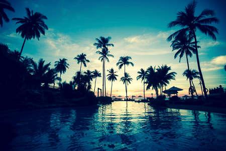 palmier: Crépuscule sur l'océan incroyable plage tropicale. Banque d'images