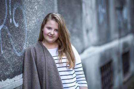 pelirrojas: Retrato de ni�a linda adolescente de pie en la calle. Foto de archivo