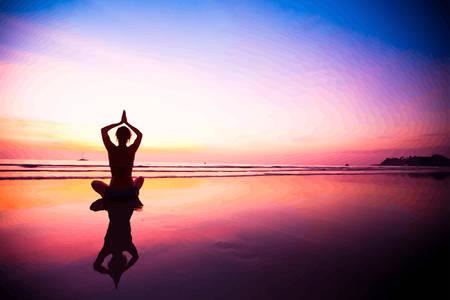 Silhouette di una donna meditando sulla spiaggia al tramonto. Illustrazioni vettoriali.
