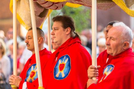 sacerdote: CRACOVIA, Polonia - 04 de junio 2015: Durante la celebraci�n de la Fiesta de Corpus Christi (Cuerpo de Cristo) tambi�n conocida como Corpus Domini, es una celebraci�n de la creencia de rito latino en el cuerpo y la sangre de Jesucristo.