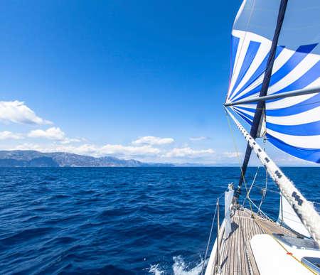 Bateau en régate de voile. Yachts de luxe.