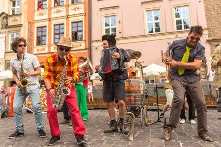 teatro: CRACOVIA, Polonia - 12 de julio 2015: Los participantes en el a�o (julio 9-12) 28o Festival Internacional de Teatros de la calle - Orchestre International du Vetex (B�lgica  Francia), en la plaza principal de Cracovia. Editorial
