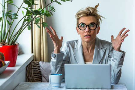 Shocked business woman with laptop in office. Stockfoto
