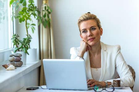 Junge Frau In Seinem Haus Büro Verträumt Starrte Ins Leere, Während Der  Arbeit