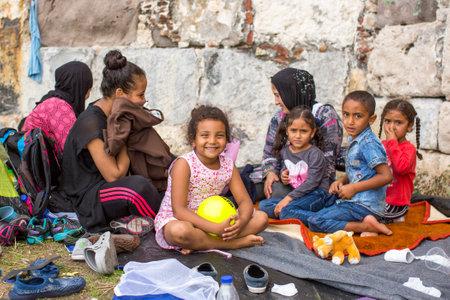 KOS, Griechenland - 27. September 2015: Unidentified Kinder Kriegsflüchtlinge. Kos Insel ist nur 4 km von der türkischen Küste entfernt, und viele Flüchtlinge kommen aus der Türkei in einem aufblasbaren Booten.
