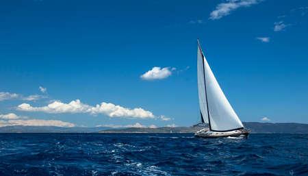 cielo y mar: yates de la nave con velas blancas en el mar abierto. Barco de vela de lujo. Foto de archivo