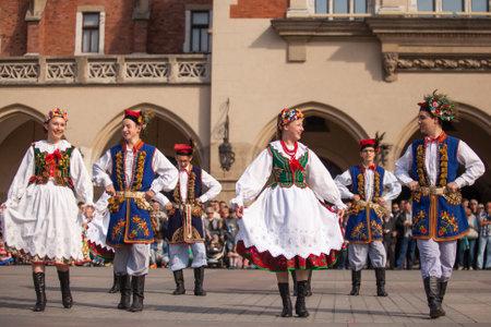 Krakau, Polen - 3. Mai 2015: Polish Folk kollektiven am Hauptplatz während der jährlichen polnischen nationalen und Feiertag der Tag der Verfassung - 3. Mai 1791 verabschiedet erste Verfassung des modernen Europa.
