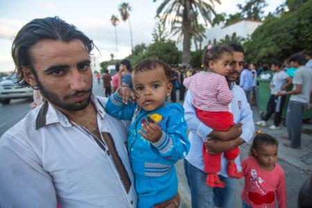 KOS, GRIEKENLAND - 28 september 2015: Unidentified kinderen oorlogsvluchtelingen. Meer dan de helft zijn migranten uit Syrië, maar er zijn ook vluchtelingen uit andere landen - Afghanistan, Pakistan, Irak, Iran, Bangladesh.