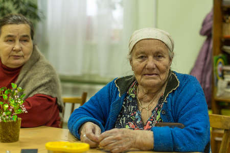 terapia ocupacional: VINNITSY, RUSSIA - NOV 30, 2015: Elderly people during occupational therapy for eldery and disabled in rehabilitation department in Center of social services for pensioners and the disabled.