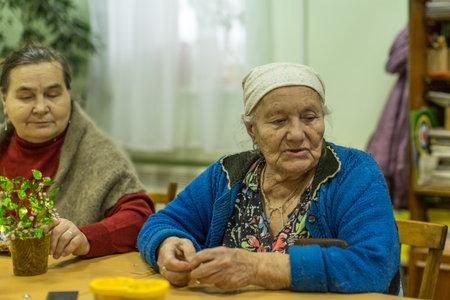 terapia ocupacional: VINNITSY, Rusia - 30 de noviembre 2015: Las personas mayores durante la terapia ocupacional para eldery y discapacitados en el departamento de rehabilitaci�n en el Centro de servicios sociales para jubilados y personas con discapacidad.