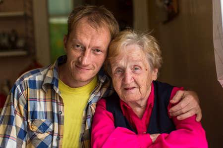 abuela: La abuela con su nieto adulto, retrato de primer plano.