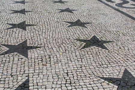 empedrado: Pavimento empedrado de figuras de piedra en forma de estrellas. Foto de archivo
