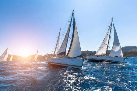 Yacht di lusso a vela regata. In barca a vela tra le onde al mare.
