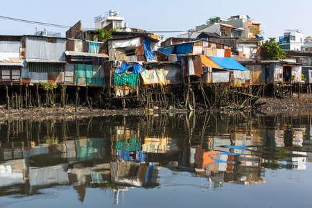 pobreza: Vistas de los barrios marginales de la ciudad desde el río. Ciudad de Ho Chi Minh, Vietnam. Foto de archivo
