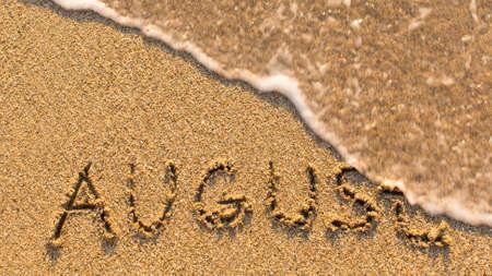 meses del año: Inscripción Agosto en una playa de arena suave con la onda suave (meses de la serie del año) Foto de archivo
