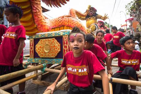 silencio: Ubud, Bali - MAR 8, 2016: Personas no identificadas durante la celebración de Nyepi - día de silencio, el ayuno y la meditación para los balineses, también se celebra como el Año Nuevo, es un día festivo en Indonesia.