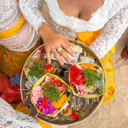 sacrificio: Hierbas y dinero - sacrificio ritual en Bali, Indonesia.
