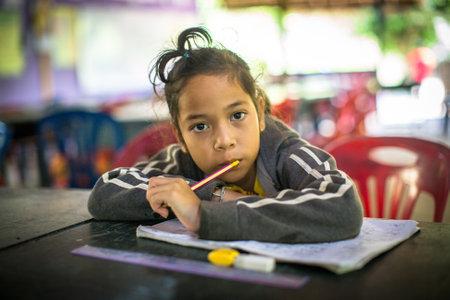 pobreza: Koh Chang, Tailandia - 8 Feb, 2016: el niño no identificado en la lección en la escuela por el proyecto de Camboya Kids Care para ayudar impedía que los niños en las zonas desfavorecidas con la educación en la isla de Koh Chang. Editorial