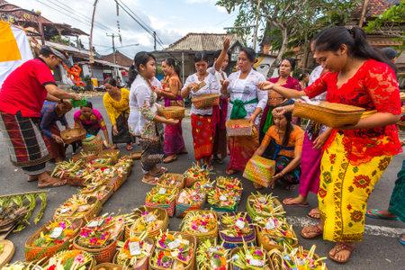 ? ?  ? �silence: Ubud, Bali - MAR 8, 2016: Personas no identificadas durante la celebraci�n antes de Nyepi - D�a de Bali del Silencio. Nyepi d�a tambi�n se celebra como el A�o Nuevo - seg�n calendario de Bali ahora vino 1,938 a�os. Editorial