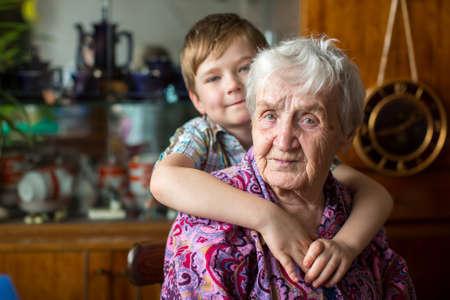 Retrato de la abuela con su nieto.