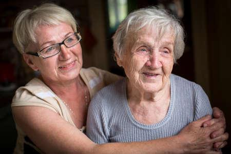 Une femme âgée avec sa fille adulte.