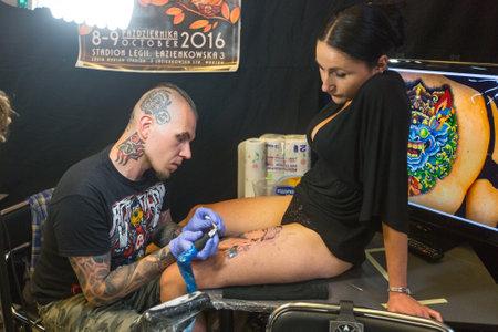 CRACOVIE, POLOGNE - 12 juin 2016: participant du festival Unidentified faire un tatouage au 11-ème Convention Tattoo International dans le centre de congrès-EXPO de Cracovie.