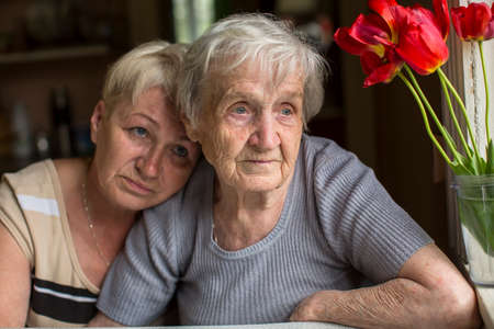 80 85: A woman 80 years old with his adult daughter.