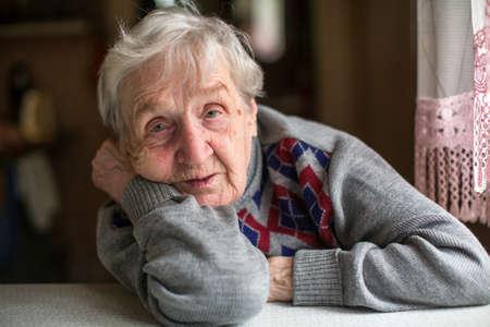 노인 여성의 초상화입니다.
