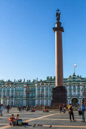 palacio ruso: St.PETERSBURG, RUSSIA - AUG 31, 2016: Winter Palace and Alexander Column on Palace Square. The Winter Palace was from 1732 to 1917, the official residence of the Russian monarchs. Editorial