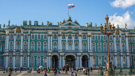 palacio ruso: San Petersburgo, Rusia - 31 de AUG, 2016: palacio de invierno en cuadrado del palacio. El Palacio de Invierno fue 1732-1917, la residencia oficial de los monarcas rusos.