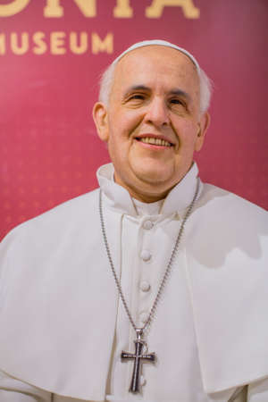 Polonia: KRAKOW, POLAND - SEP 8, 2016: Pope Francis wax figure of Polonia Wax Museum at Main Market Square. The Wax Museum was opened in 2016, inspired by the organization in Krakow World Youth Day.