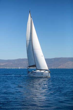 Jacht met witte zeilen in de zee. Luxe boten.