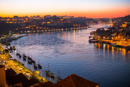 dom: Douro river view from above at dusk. Porto, Portugal. Banque d'images