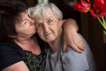 彼は年老いた母親をキスしている女性。高齢者ケア。