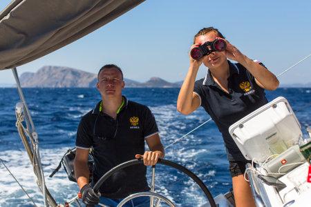 bateau de course: HYDRA, Grèce - 28 septembre 2016: Les marins participent à la régate de voile 16 Ellada Automne 2016 parmi le groupe des îles grecques de la mer Egée, dans les Cyclades et le golfe Saronique.