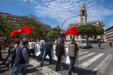 PORTO, PORTUGAL - 1 DE MAYO DE 2017: Celebración del primer día de mayo en el centro de Oporto. La Confederación General de Trabajadores Portugueses, tradicionalmente asociada al Partido Comunista, cuenta con 800.000 miembros.