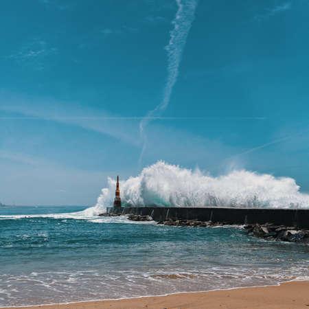 등 대 근처 바다 해안에 강력한 서핑. 포르토, 포르투갈. 스톡 콘텐츠