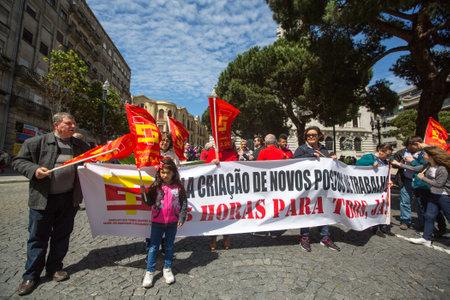 gewerkschaft: PORTO, PORTUGAL - 1. MAI 2017: Feier des Mai-Tages im Oporto-Zentrum. Generalverband der portugiesischen Arbeiter, traditionell mit der kommunistischen Partei verbunden, hat 800.000 Mitglieder. Editorial