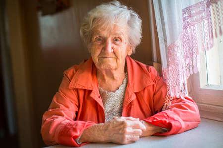 船尾の高齢女性の肖像画。