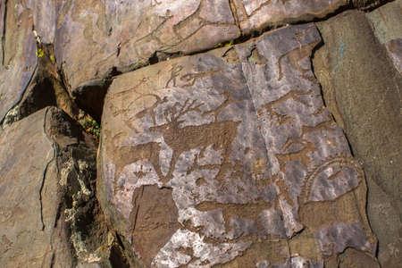 Pétroglyphes d'Altay. Peintures rupestres anciennes dans les montagnes de l'Altaï, en Russie. Banque d'images - 87897783