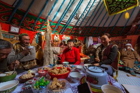 狩猟中のイヌワシとハンターのバヤン ・ ウルギー、蒙古-SEP 28 2017: カザフ族、モンゴルのパオ。バヤン ・ ウルギー県、88,7 に読み込まれますカザフ 報道画像