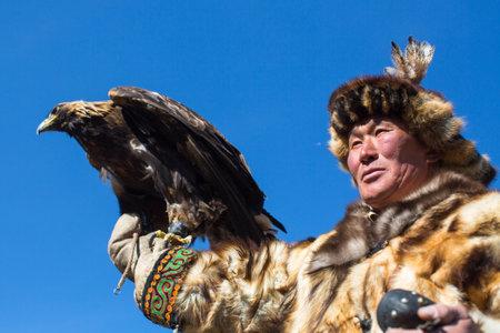 モンゴル・バヤン・ウルギイ - 9月 30, 2017: 西モンゴルの砂漠の山で彼の腕に金のワシを保持しているウサギに狩りをしながら、カザフスタンイーグ