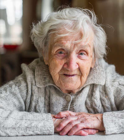 Ritratto di una donna molto anziana, in pensione.
