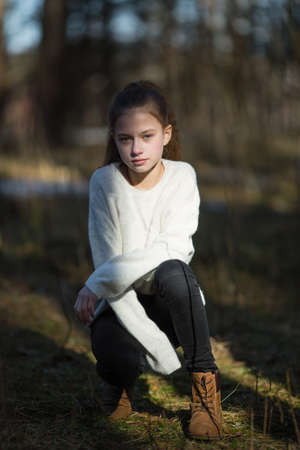 Retrato de niña linda de doce años al aire libre.