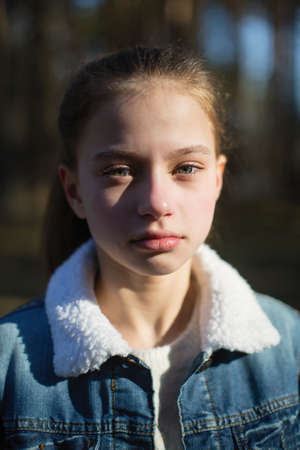 Closeup retrato de una linda niña de doce años al aire libre. Foto de archivo