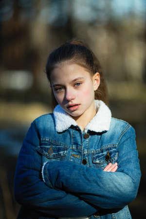 Retrato de una linda niña de doce años al aire libre.